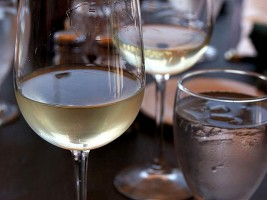 640px-glass_of_white_wine